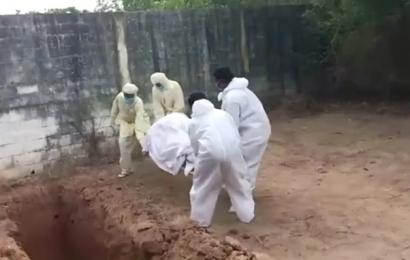 ये कैसी बदसलूकी: सरकारी कर्मचारियों ने कोरोना संक्रमित के शव को गड्ढे में फेंका