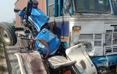लखनऊ में ईंट से भरे ट्रैक्टर और ट्रक की टक्कर, चालक गंभीर